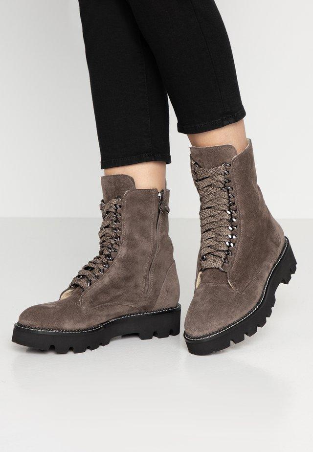 KALEY - Kotníkové boty na platformě - bisonte