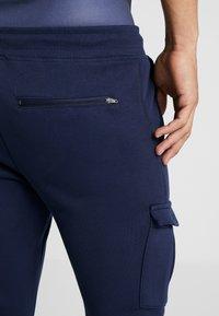 Daily Basis Studios - Teplákové kalhoty - navy - 3