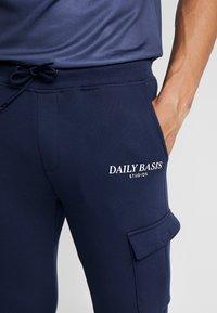 Daily Basis Studios - Teplákové kalhoty - navy - 5