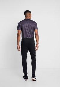 Daily Basis Studios - JAQUARD SIDE - Teplákové kalhoty - black - 2