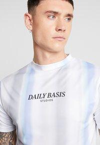 Daily Basis Studios - MULTI FADE STRIPE TEE - T-Shirt print - white - 4