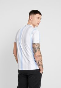 Daily Basis Studios - MULTI FADE STRIPE TEE - T-Shirt print - white - 2