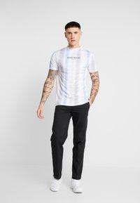 Daily Basis Studios - MULTI FADE STRIPE TEE - T-Shirt print - white - 1