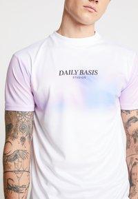 Daily Basis Studios - BLOCK DYE TEE - Triko spotiskem - white - 4