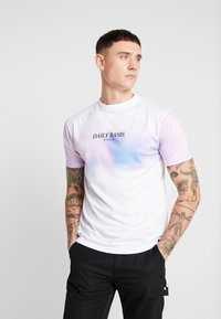 Daily Basis Studios - BLOCK DYE TEE - T-shirt med print - white - 0