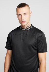 Daily Basis Studios - INJECTION TEE - T-shirt z nadrukiem - black - 3