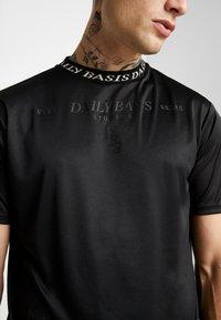 Daily Basis Studios - INJECTION TEE - T-shirt z nadrukiem - black - 5