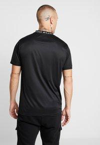 Daily Basis Studios - INJECTION TEE - T-shirt z nadrukiem - black - 2