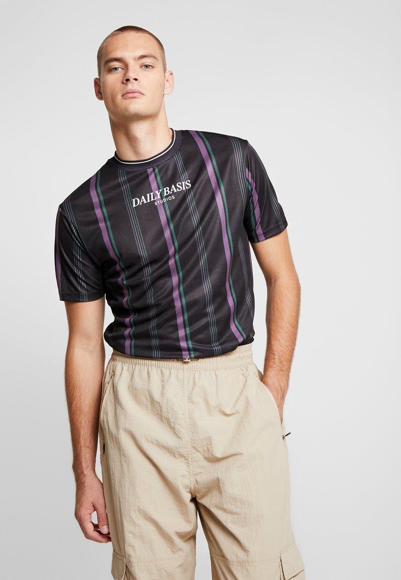 Daily Basis Studios - STRIPE TEE - T-shirt med print - black/purple/forest green