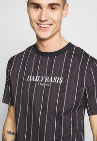 Daily Basis Studios - HOUNDSTOOTH STRIPE TEE - T-shirt print - black - 4