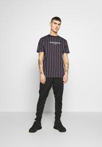Daily Basis Studios - HOUNDSTOOTH STRIPE TEE - T-shirt print - black - 1