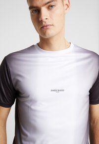 Daily Basis Studios - MIDDLE FADE TEE - T-shirt print - white - 4