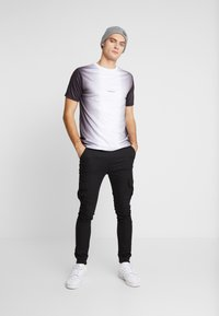 Daily Basis Studios - MIDDLE FADE TEE - T-shirt print - white - 1