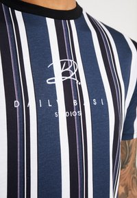 Daily Basis Studios - SIGNATURE STRIPE TEE - T-shirt med print - white - 5