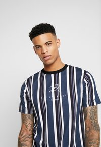 Daily Basis Studios - SIGNATURE STRIPE TEE - T-shirt med print - white - 3