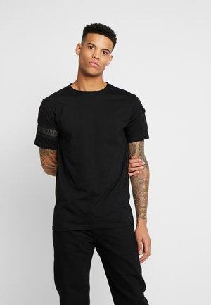 UTILITY BAND TEE - T-shirt imprimé - charcoal