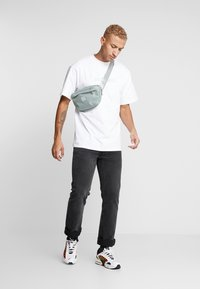 Daily Basis Studios - OVERSIZED FOOTBALL TEE - T-shirt con stampa - white - 1