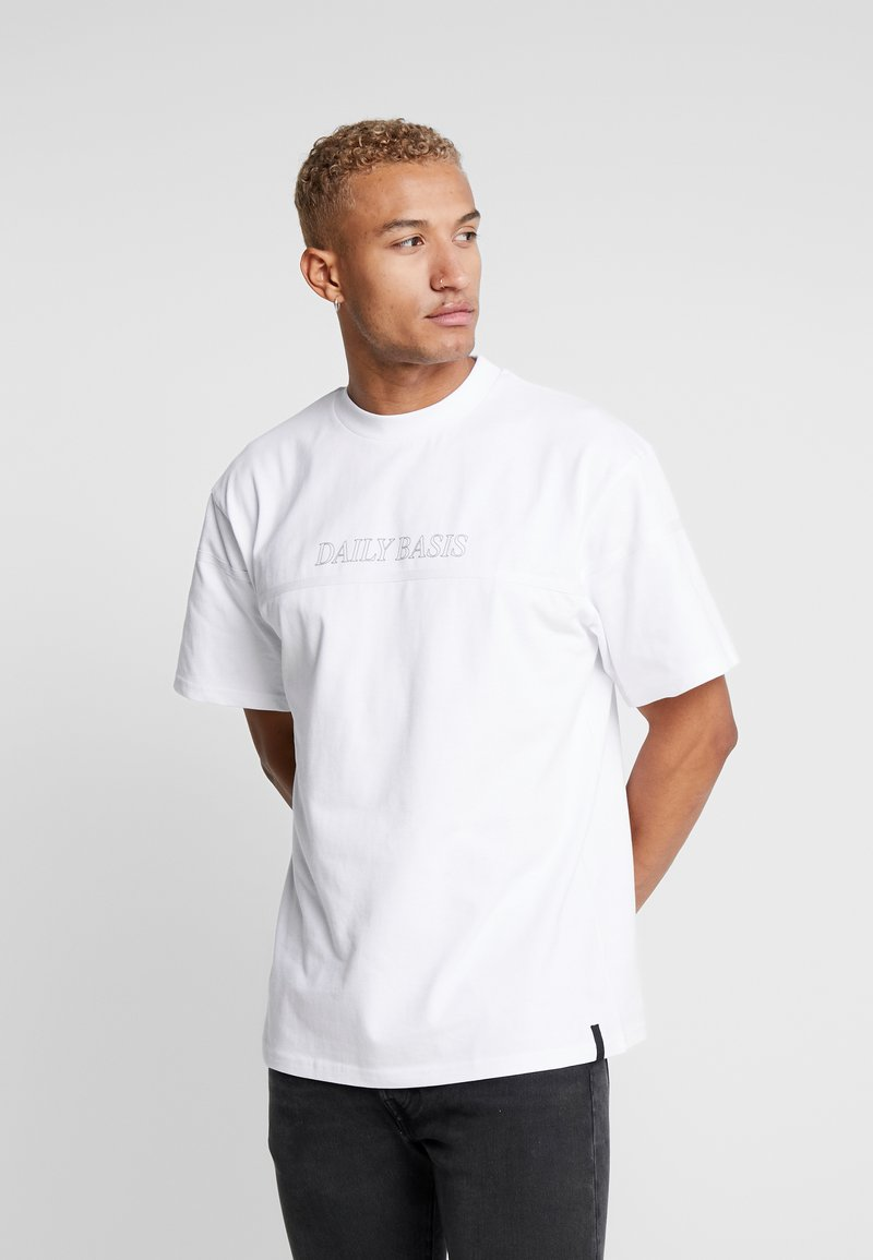 Daily Basis Studios - OVERSIZED FOOTBALL TEE - T-shirt con stampa - white