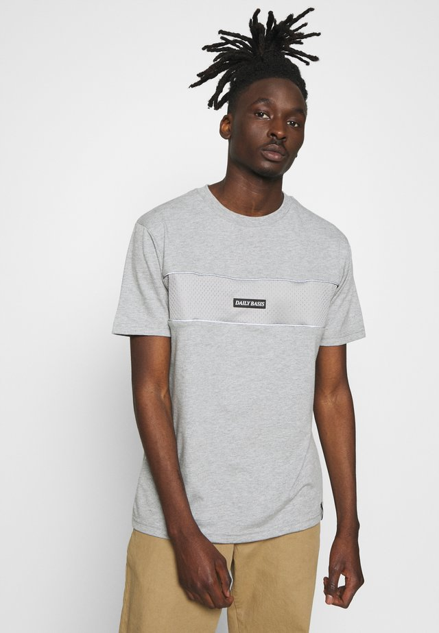 DAILY BASIS - T-shirt z nadrukiem - grey
