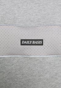 Daily Basis Studios - DAILY BASIS - T-shirt print - grey - 5