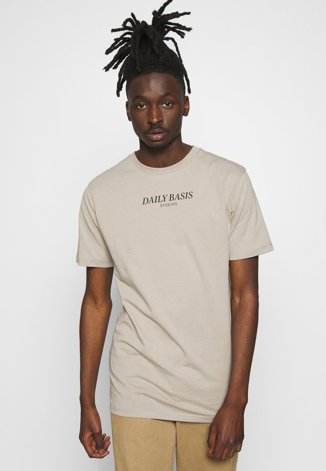 DAILY BASIS LOGO - T-shirt med print - khaki