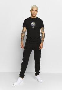 Daily Basis Studios - GLOBAL - T-shirt print - black - 1