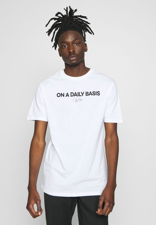 DAILY LOGO - Print T-shirt - white