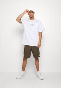 Daily Basis Studios - OVERSIZED US FOOTBALL - T-shirt imprimé - white - 1
