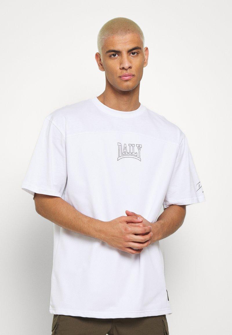 Daily Basis Studios - OVERSIZED US FOOTBALL - T-shirt imprimé - white