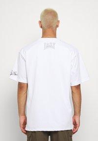 Daily Basis Studios - OVERSIZED US FOOTBALL - T-shirt imprimé - white - 2