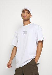 Daily Basis Studios - OVERSIZED US FOOTBALL - T-shirt imprimé - white - 3