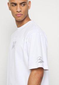 Daily Basis Studios - OVERSIZED US FOOTBALL - T-shirt imprimé - white - 4