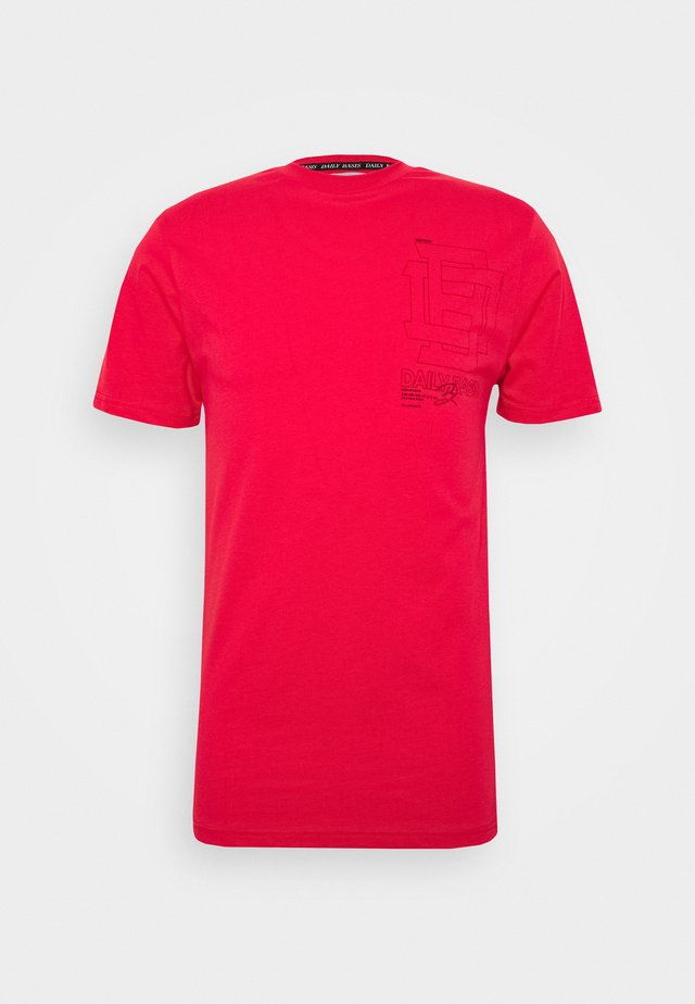 DAILY BASIS REFLECTIVE  - T-shirt z nadrukiem - red
