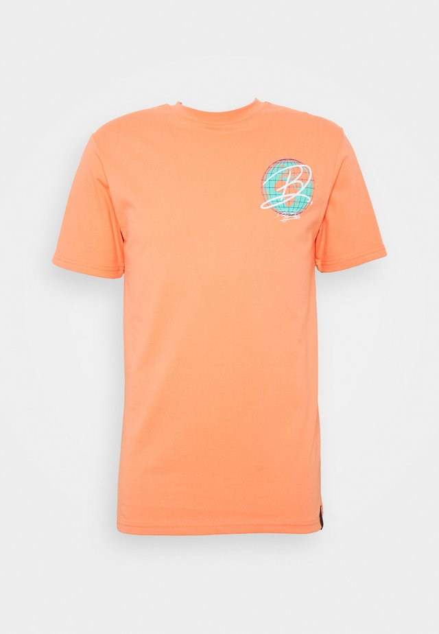 DAILY BASIS DIGITAL - T-shirt z nadrukiem - orange