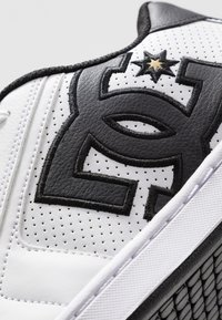DC Shoes - NET - Skate shoes - white/gold - 5