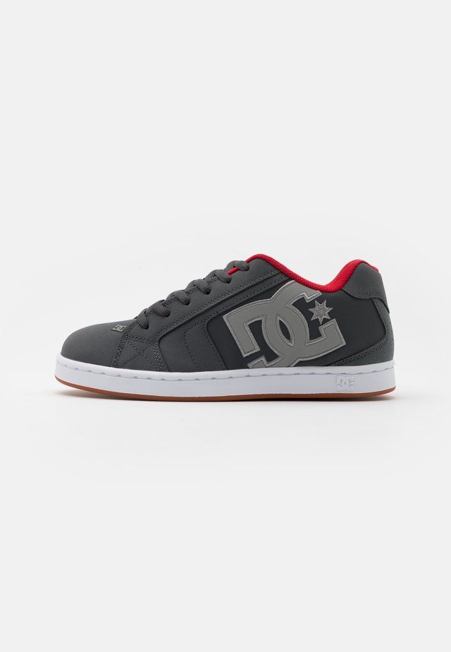 NET - Skate shoes - grey/red