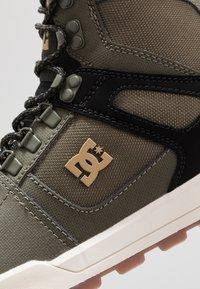 DC Shoes - PURE WR  - Obuwie deskorolkowe - olive/black - 5