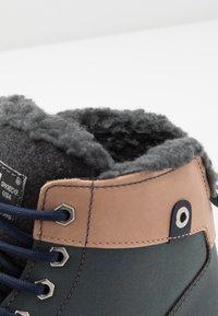 DC Shoes - WOODLAND - Korkeavartiset tennarit - brown/grey - 5