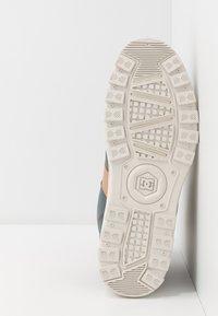 DC Shoes - WOODLAND - Korkeavartiset tennarit - brown/grey - 4