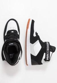 DC Shoes - PENSFORD UNISEX - Zapatillas skate - black/white - 1