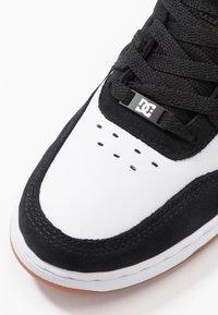DC Shoes - PENSFORD UNISEX - Zapatillas skate - black/white - 5
