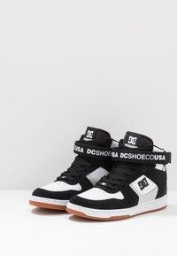 DC Shoes - PENSFORD UNISEX - Zapatillas skate - black/white - 2