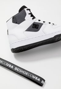 DC Shoes - PENSFORD SE - Obuwie deskorolkowe - white/black - 5