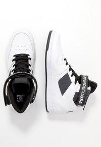 DC Shoes - PENSFORD SE - Obuwie deskorolkowe - white/black - 1