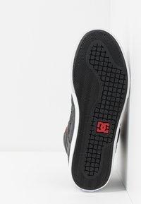 DC Shoes - PURE TOP SE  - Skateschoenen - black/red - 4