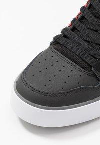 DC Shoes - PURE TOP SE  - Skateschoenen - black/red - 5