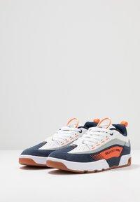 DC Shoes - LEGACY 98 SLIM - Skateboardové boty - navy/orange - 2