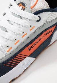 DC Shoes - LEGACY 98 SLIM - Skateboardové boty - navy/orange - 5