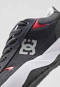 DC Shoes - PENZA - Tenisky - grey/red - 5
