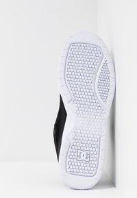 DC Shoes - PENZA - Matalavartiset tennarit - black/white - 4